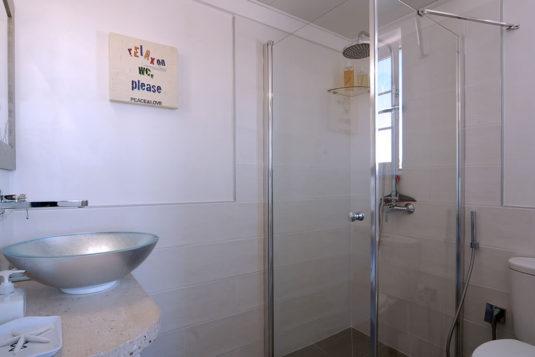 Colori chiari anche per il bagno en suite della camera Picasso