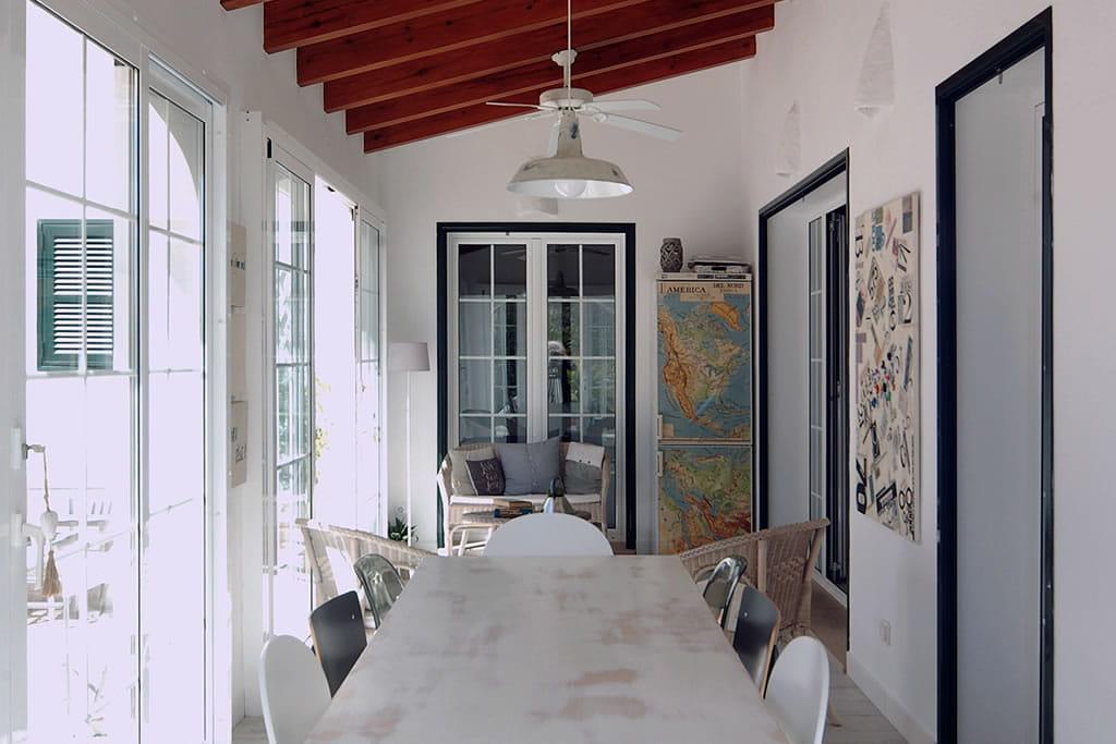 La veranda possiede anche un angolo chiacchiere/letture e un frigo trasformato in bar