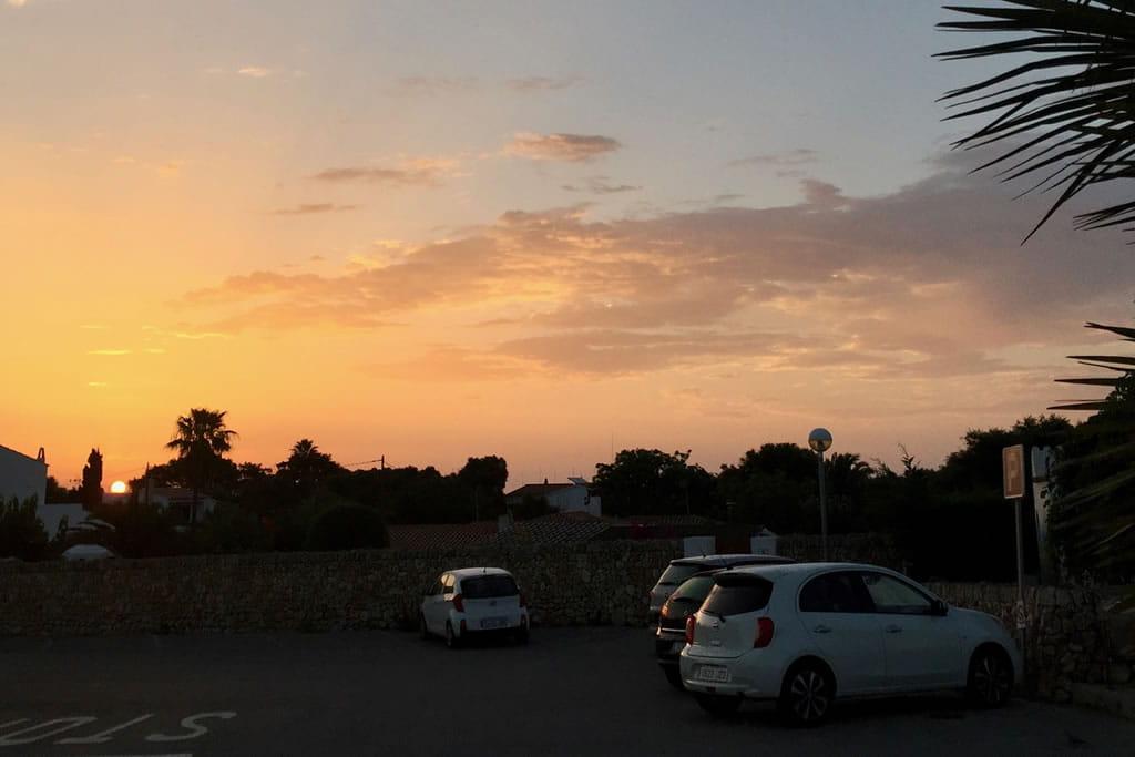 I colori di un'alba sull'ampio parcheggio di fronte a Casa Bonita