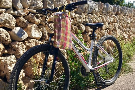 Due mountain bike ti aspettano fuori dalla porta di Casa Bonita