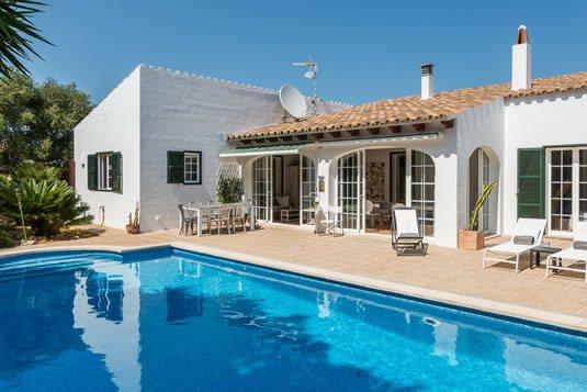 Casa Bonita Menorca è una villa bianca con piscina di acqua salata