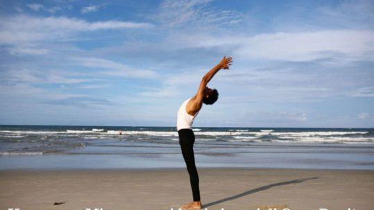 Anche fare yoga in spiaggia rientra tra i piaceri di Casa Bonita