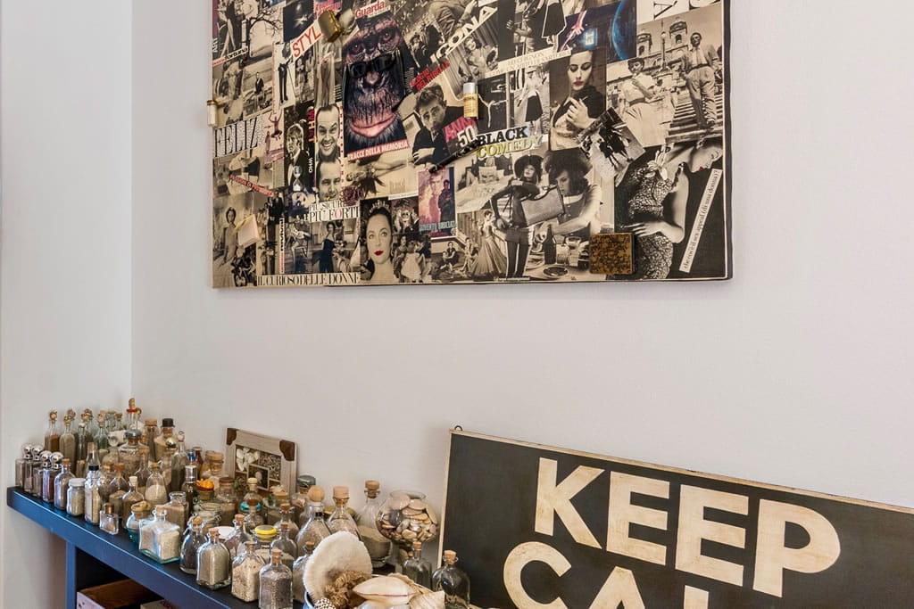 Arenas y recuerdos encerrados en collages de pared y frascos de vidrio