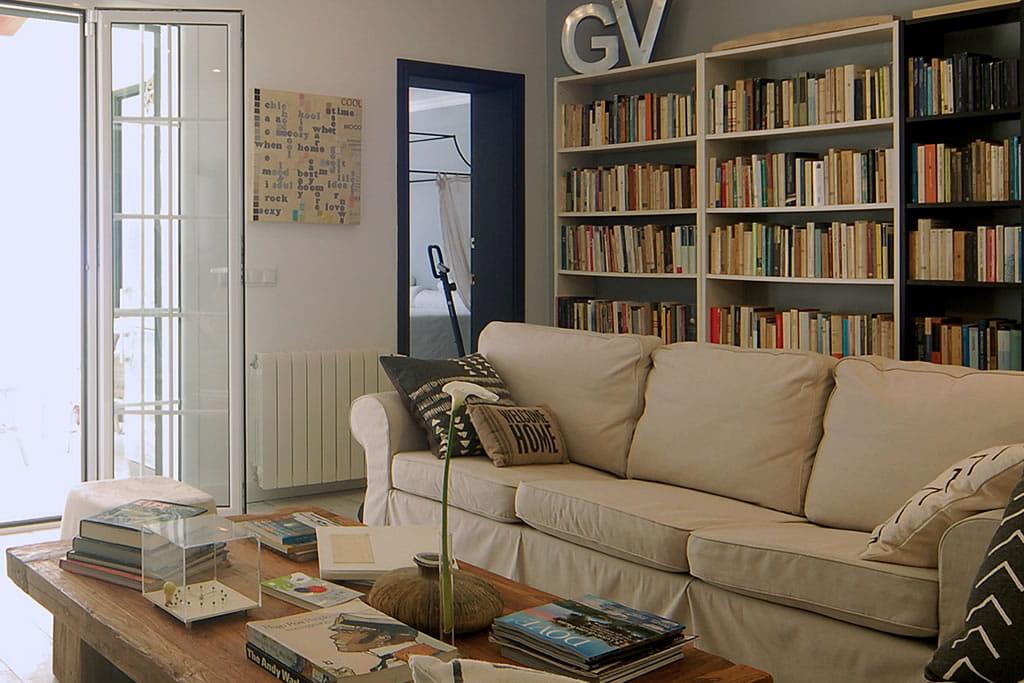 Vista de los aproximadamente 10 metros de biblioteca en la sala, además de los libros en el vestíbulo y en las habitaciones