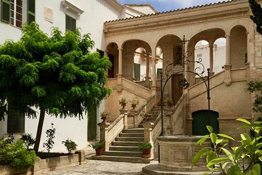 El claustro está situado en el corazón del casco antiguo de Ciutadella