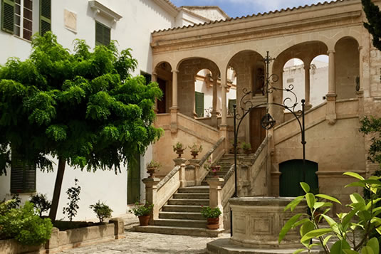 The cloister is located in the heart of the old part of Ciutadella