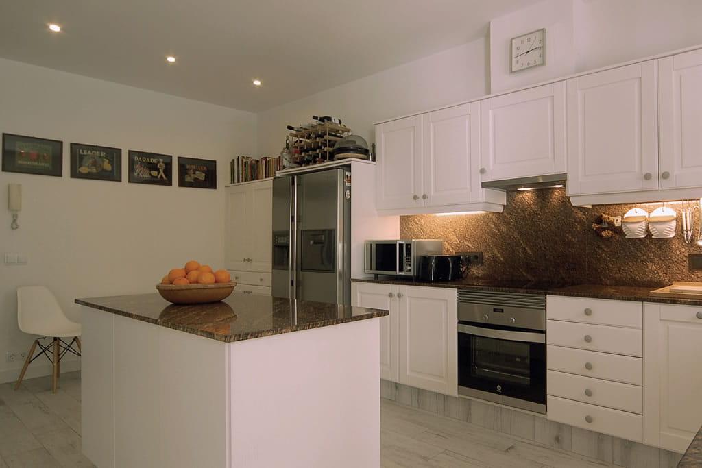 Incluso la cocina de Casa Bonita es de estilo italiano con colores claros y una atmósfera esencial