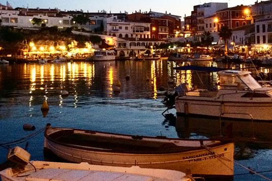 Cales Fontes, el puerto de Es Castell, es una cala con bares, restaurantes y tiendas a 5 minutos de Casa Bonita