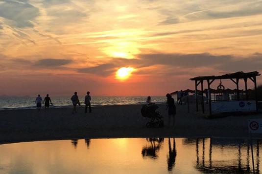 Puesta de sol en Son Bou, la playa más grande de Menorca de unos 2,5 km de longitud