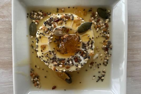 El queso fresco, espolvoreado con semillas tostadas y miel, está listo