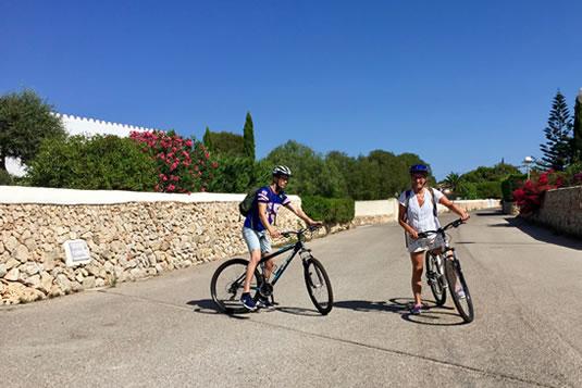 En bicicleta de montaña, para todos MTB, se puede tomar el Camí de Cavalls, sendero que recorre la costa de Menorca a lo largo de toda su extensión