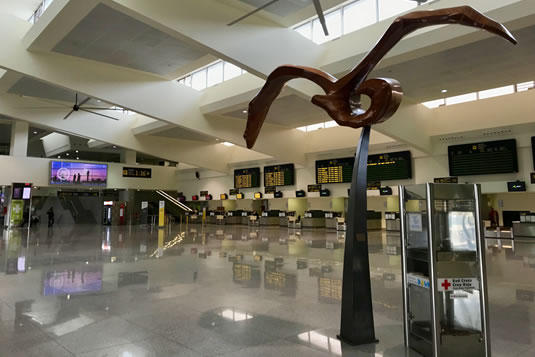 La gran y muy limpia sala de salidas del aeropuerto de Menorca