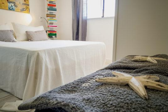 Picasso, camera doppia con bagno en suite, colori chiari, lenzuola di lino e libri