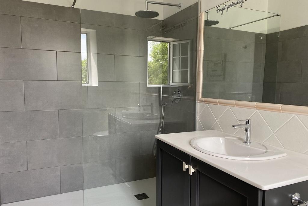 Einstein room with shower
