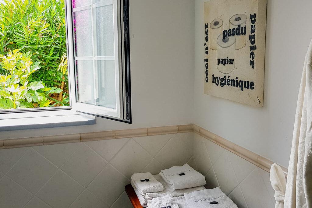 Einsten en suite bathroom with bathtub and shower